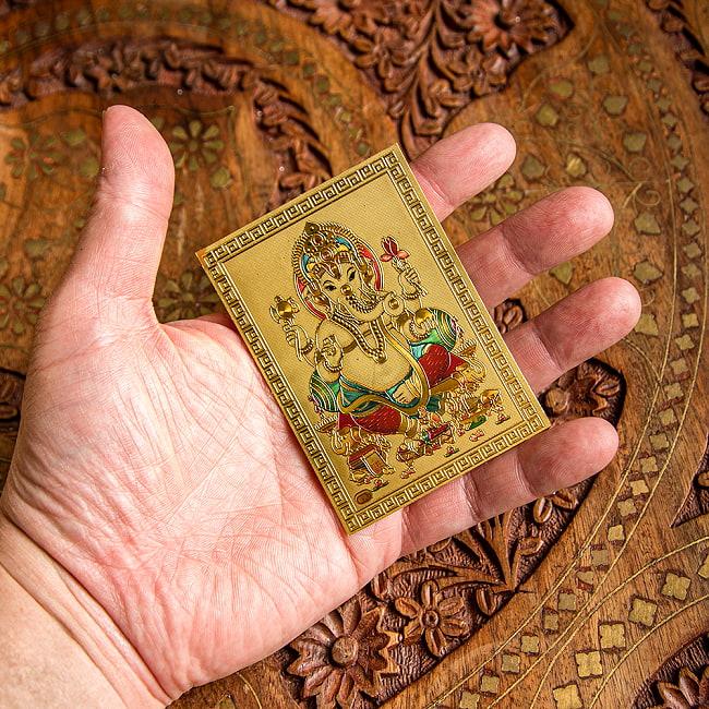 〔約6cm×約8.5cm〕インドのヒンドゥー神様ゴールドお守りカード ステッカー - ガネーシャ 4 - 手に取るとこれくらいの大きさです