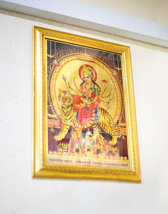 〔約40cm×約30cm〕インドのヒンドゥー神様ゴールドポスター - ラクシュミー・サラスヴァティ・ガネーシャ 6 - 額縁は当店で販売しておりませんが、入れると高級感ができます!こちらは、現地で額縁に入れた使用例の写真です。