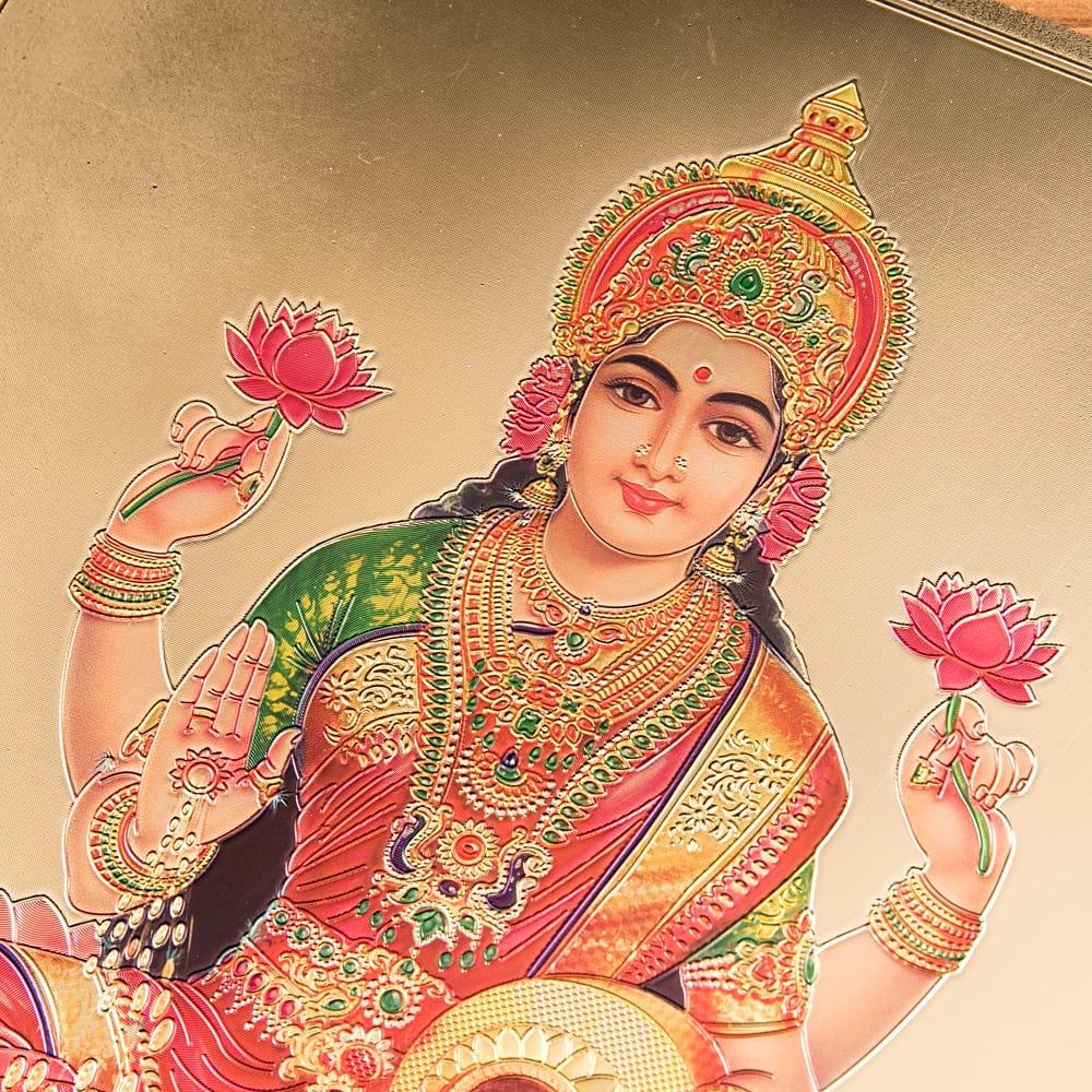 〔約40cm×約30cm〕インドのヒンドゥー神様ゴールドポスター - ラクシュミー 美と富の神様 2 - 拡大写真です。金色ベースなので通常のポスターとは一線を画する光沢感。