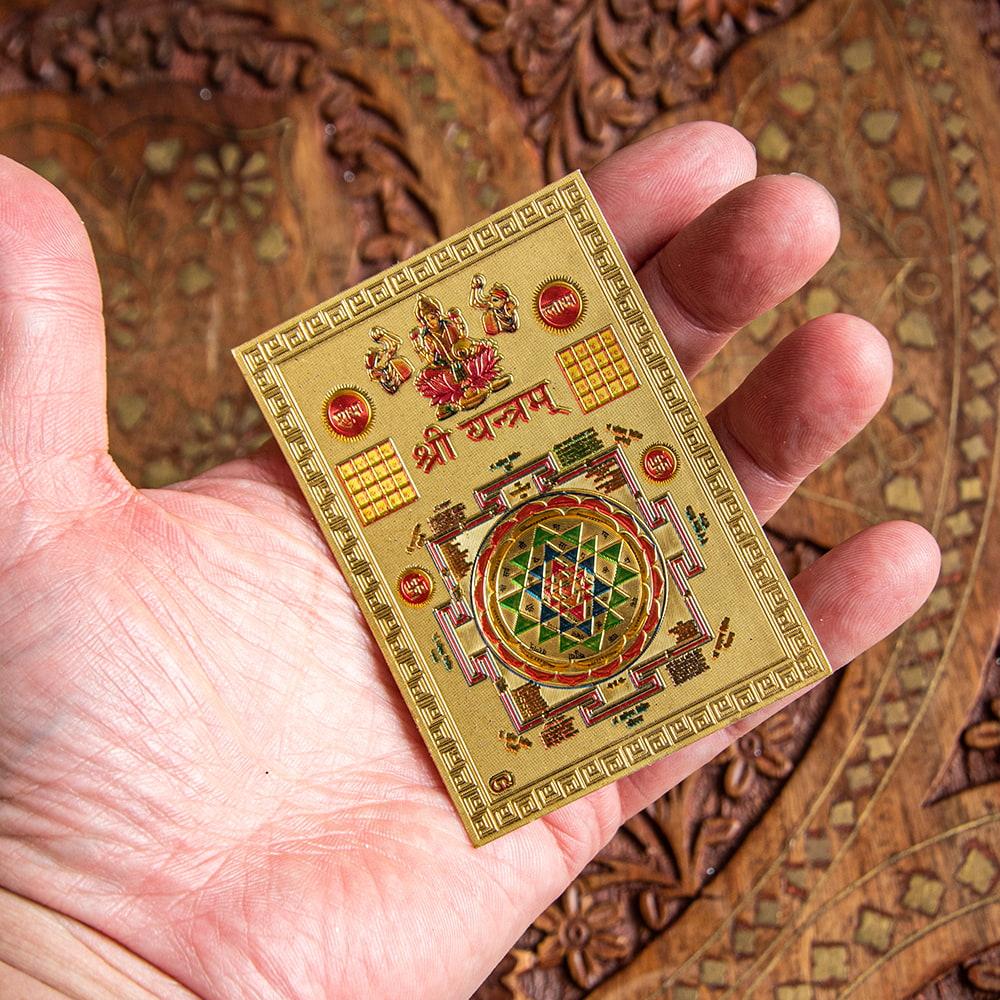 〔約6cm×約8.5cm〕インドのヒンドゥー神様ゴールドお守りカード ステッカー - ラクシュミーヤントラ 4 - 光を受けて明るく輝くカードです