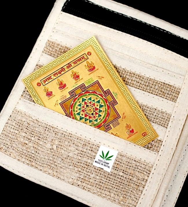 〔約6cm×約8.5cm〕インドのヒンドゥー神様ゴールドお守りカード ステッカー - ラクシュミーヤントラ 6 - このように財布にお守りとして入れておける便利なサイズです