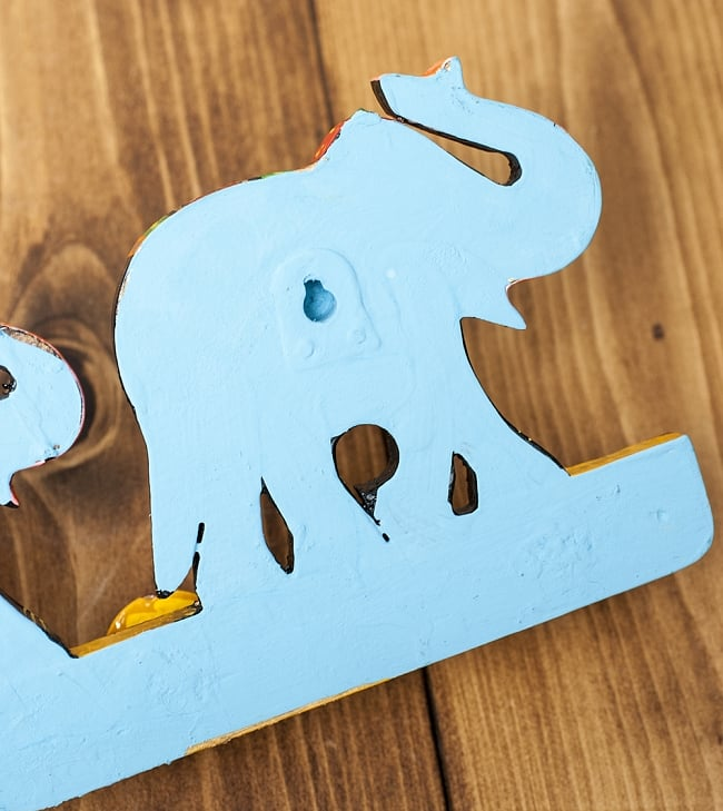 ペイント象さん壁掛フック(黒象に黄色) 6 - 裏面にはこのように釘の頭などをひっかける穴がもうけられています。