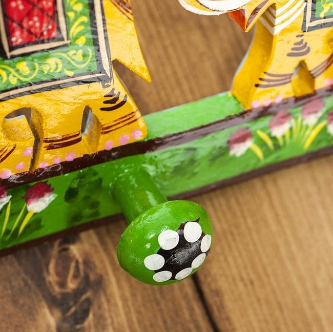 ペイント象さん壁掛フック(黄色象に緑)の写真3 - 斜めから見てみました。丸っこいハンガー掛けになっています