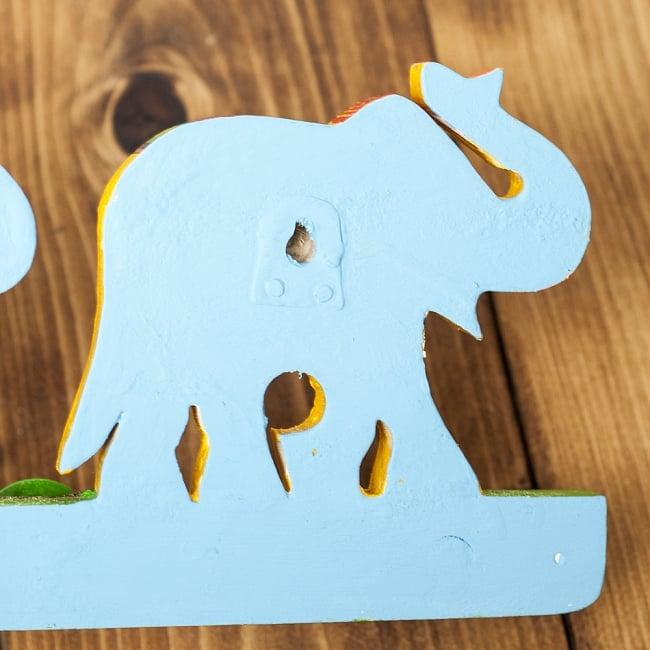 ペイント象さん壁掛フック(黄色象に緑)の写真6 - 裏面にはこのように釘の頭などをひっかける穴がもうけられています。
