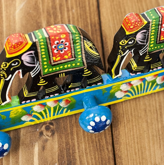 ペイント象さん壁掛フック(黒象に青)の写真3 - 斜めから見てみました。丸っこいハンガー掛けになっています