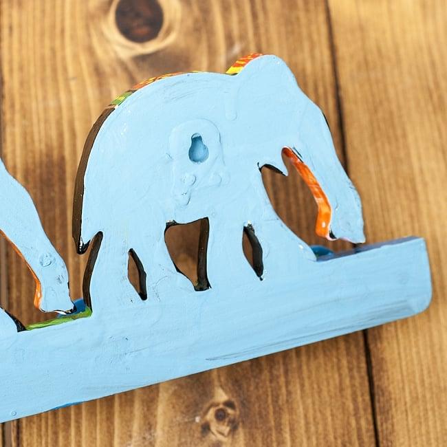 ペイント象さん壁掛フック(黒象に青)の写真6 - 裏面にはこのように釘の頭などをひっかける穴がもうけられています。