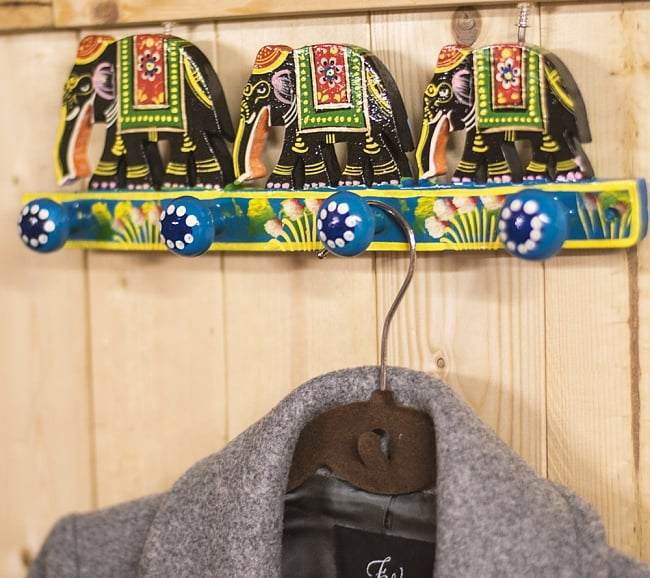 ペイント象さん壁掛フック(黒象に青)の写真7 - 室内での使用例になります