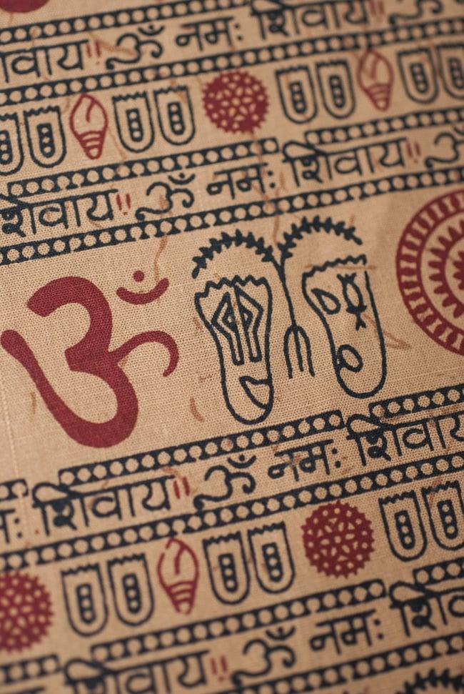 [1m切り売り]薄手コットンのインド伝統模様布【幅114cm程度】の写真3 - 二対の模様パターンはヴィシュヌの足の裏を描いています。ヴィシュヌの足の裏には宇宙の全てがあるとして、様々なシンボルが描かれて、広くインドで崇拝されています