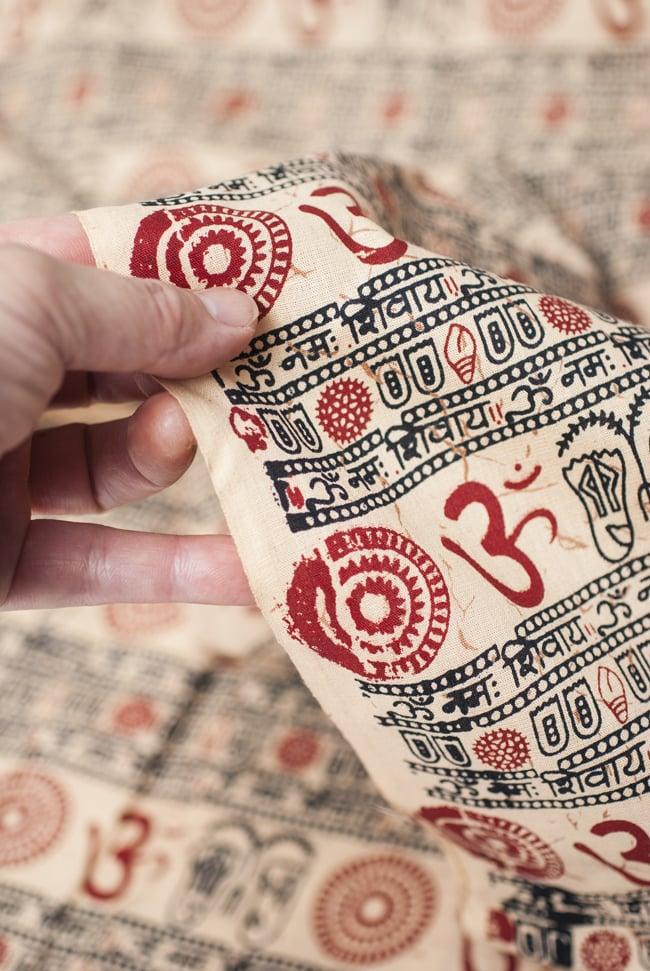 [1m切り売り]薄手コットンのインド伝統模様布【幅112cm程度】 5 - 手にとってみました。壁掛けなど色々な使いみちがありそうです。