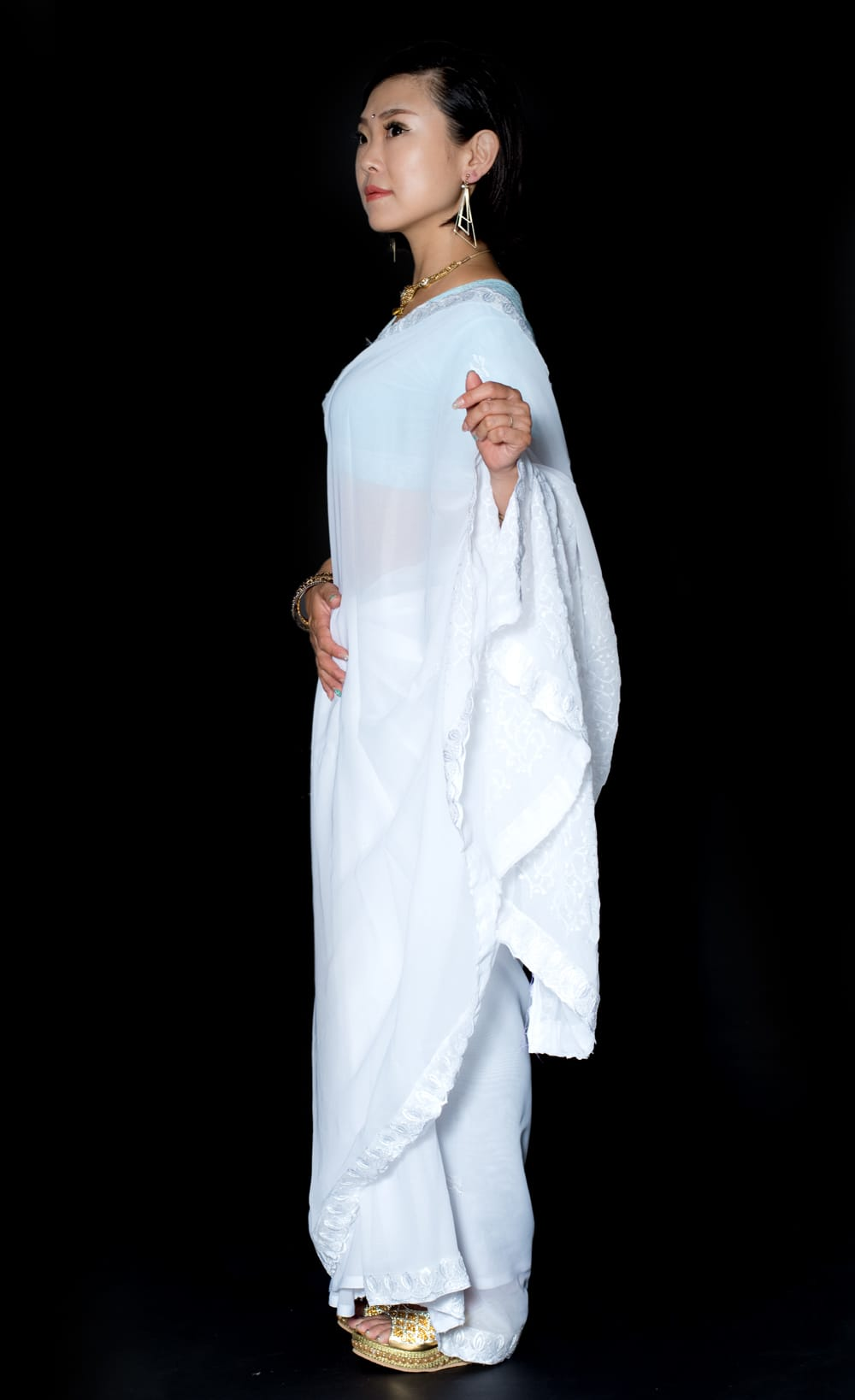 インドのホワイトサリー【更紗刺繍】 2 - 横からの写真です