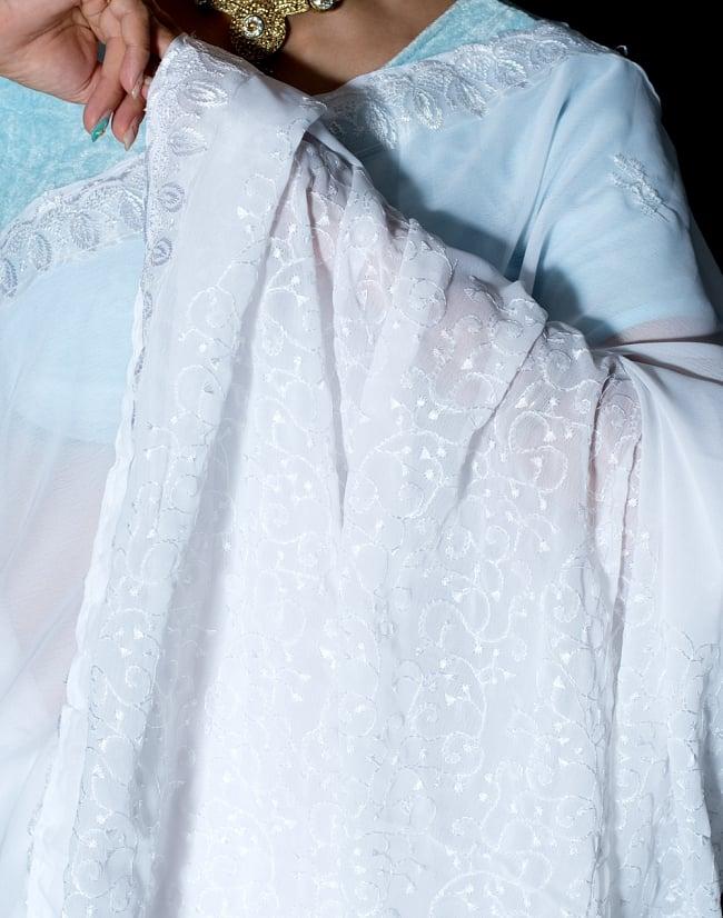 インドのホワイトサリー【更紗刺繍】 6 - ショール部分の写真です