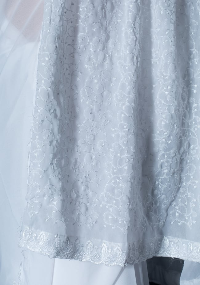 インドのホワイトサリー【更紗刺繍】 7 - 別の角度からの写真です