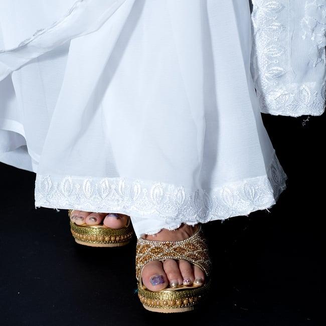 インドのホワイトサリー【更紗刺繍】 8 - 足元はこのような感じになります。キラキラとしたサンダルなどと相性がいいです。