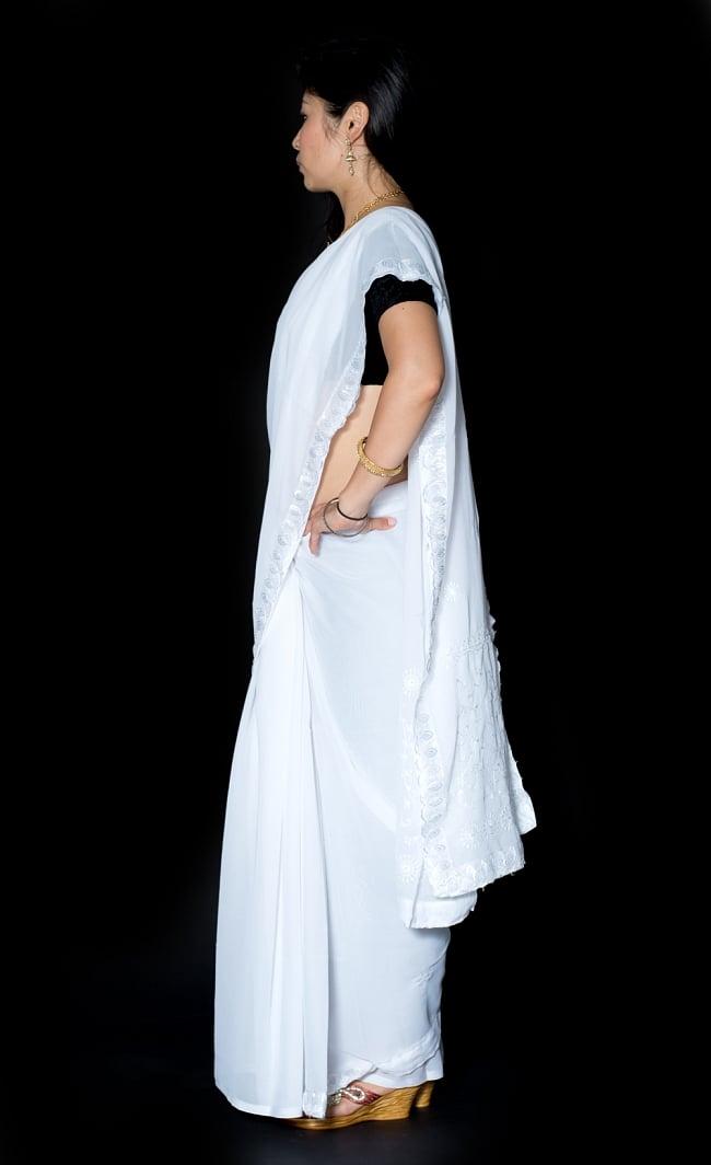 インドのホワイトサリー【更紗・伝統柄刺繍】 2 - 横からの写真です