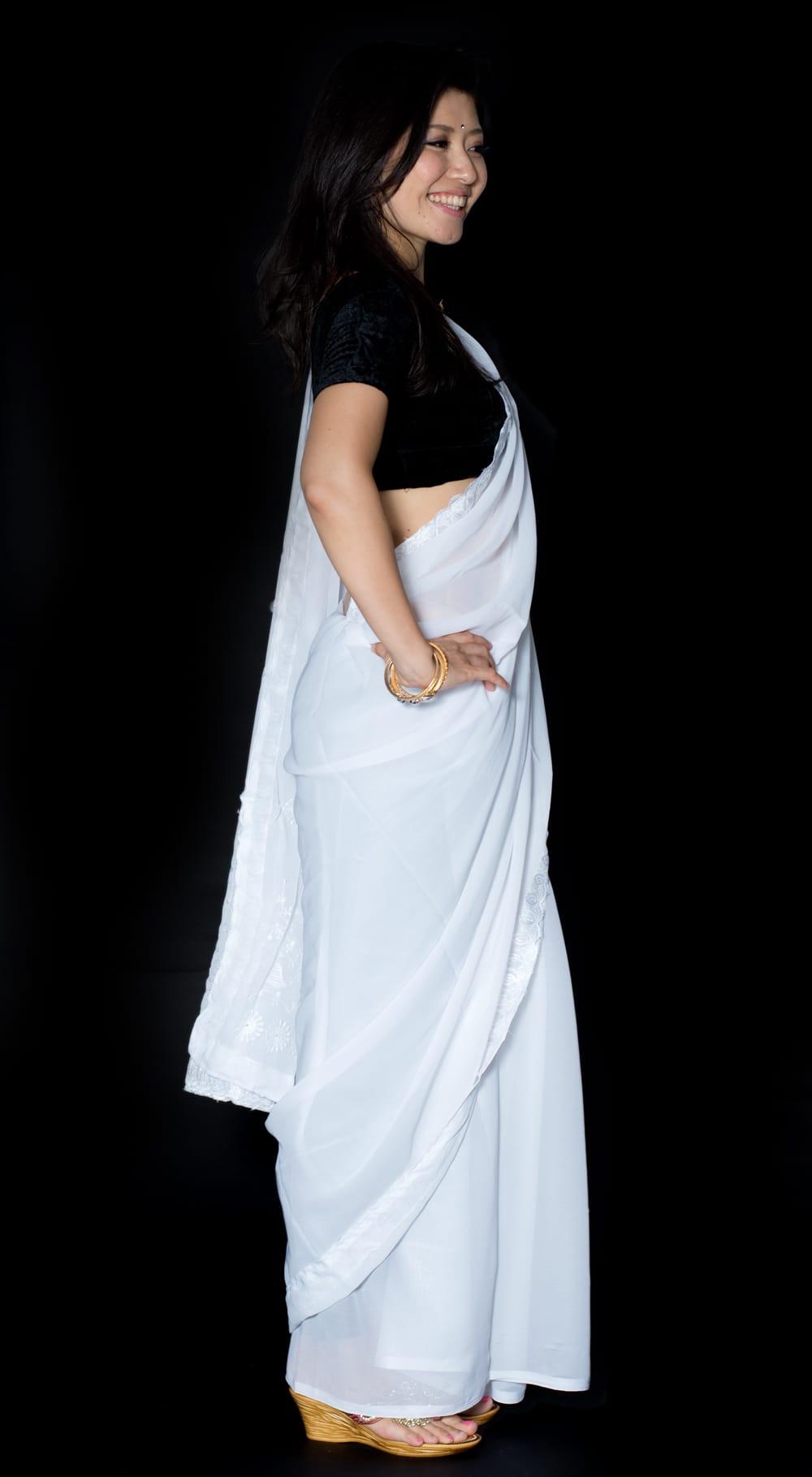 インドのホワイトサリー【更紗・伝統柄刺繍】 4 - 横からの写真です