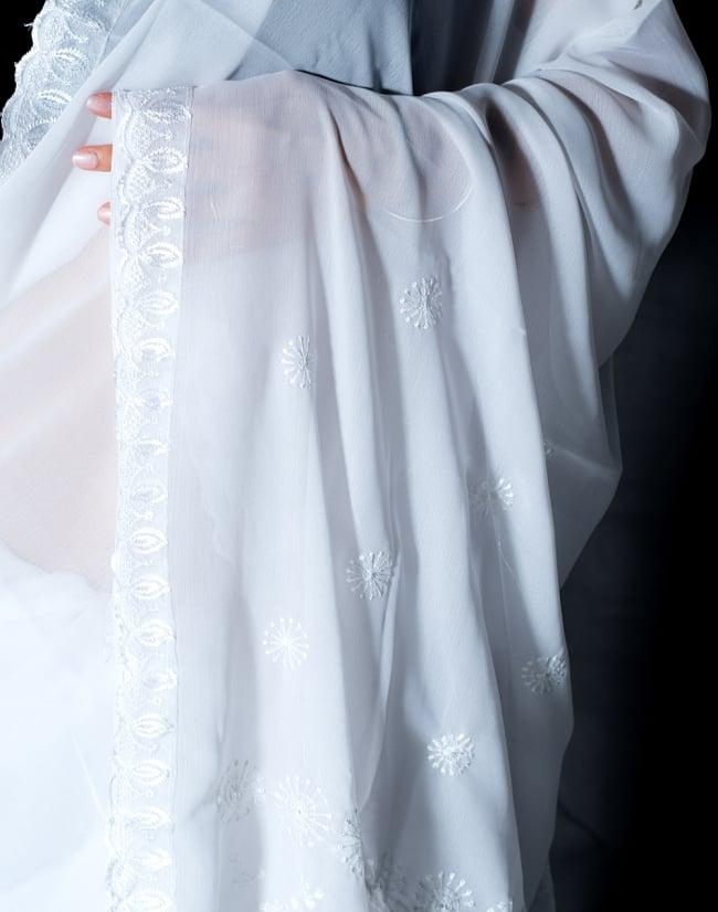 インドのホワイトサリー【更紗・伝統柄刺繍】 6 - ショール部分の写真です