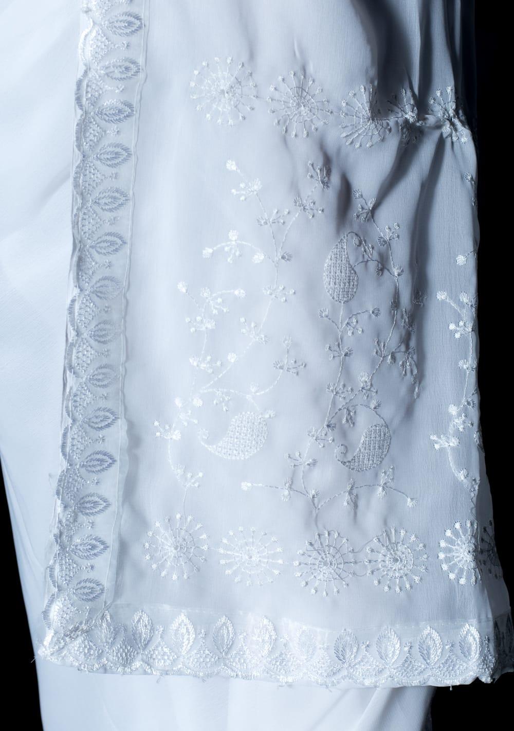 インドのホワイトサリー【更紗・伝統柄刺繍】 7 - 別の角度からの写真です