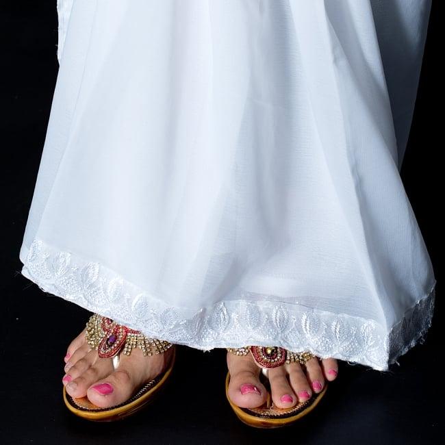 インドのホワイトサリー【更紗・伝統柄刺繍】 8 - 足元はこのような感じになります。キラキラとしたサンダルなどと相性がいいです。
