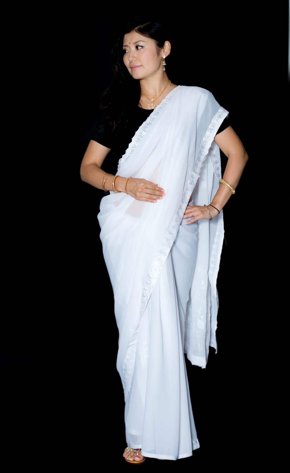 インドのホワイトサリー【更紗・伝統柄刺繍】の写真