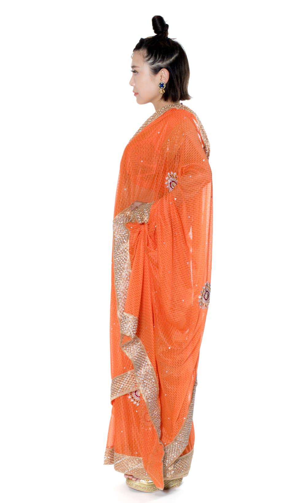 金糸とビーズ刺繍 レンガ模様のマハラニインドサリー【チョリ付き】 - オレンジ 2 - 横からの写真です
