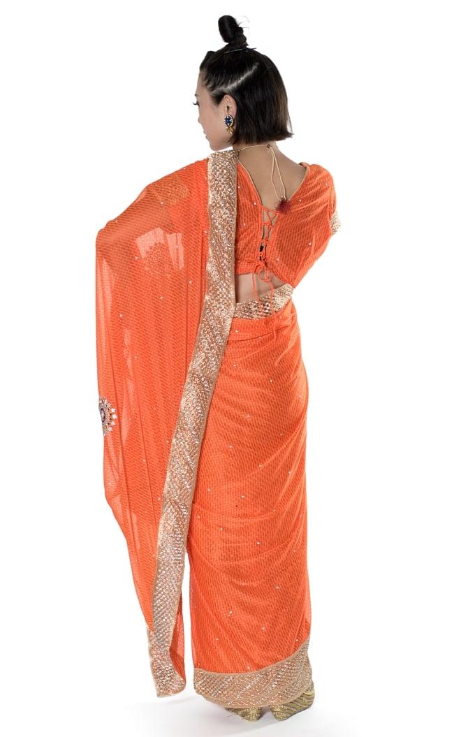 金糸とビーズ刺繍 レンガ模様のマハラニインドサリー【チョリ付き】 - オレンジ 3 - 後ろからの写真です