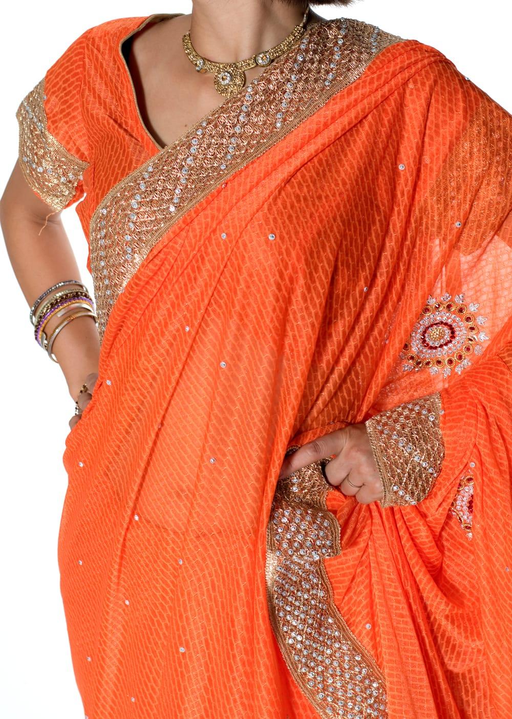 金糸とビーズ刺繍 レンガ模様のマハラニインドサリー【チョリ付き】 - オレンジ 5 - 拡大写真です