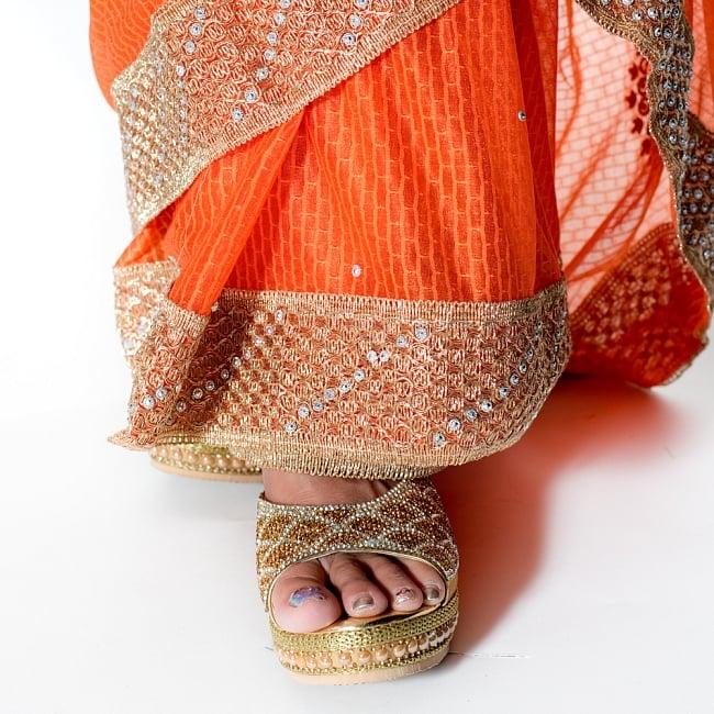 金糸とビーズ刺繍 レンガ模様のマハラニインドサリー【チョリ付き】 - オレンジ 8 - 足元の写真です。ヒールのあるサンダルとも相性が良いです。