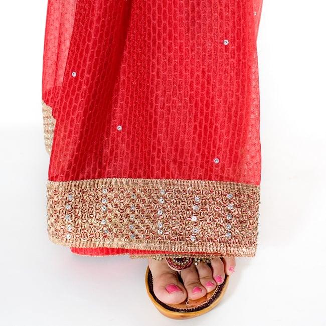 金糸とビーズ刺繍 レンガ模様のマハラニインドサリー【チョリ付き】 - 赤 8 - 足元の写真です。ヒールのあるサンダルとも相性が良いです。