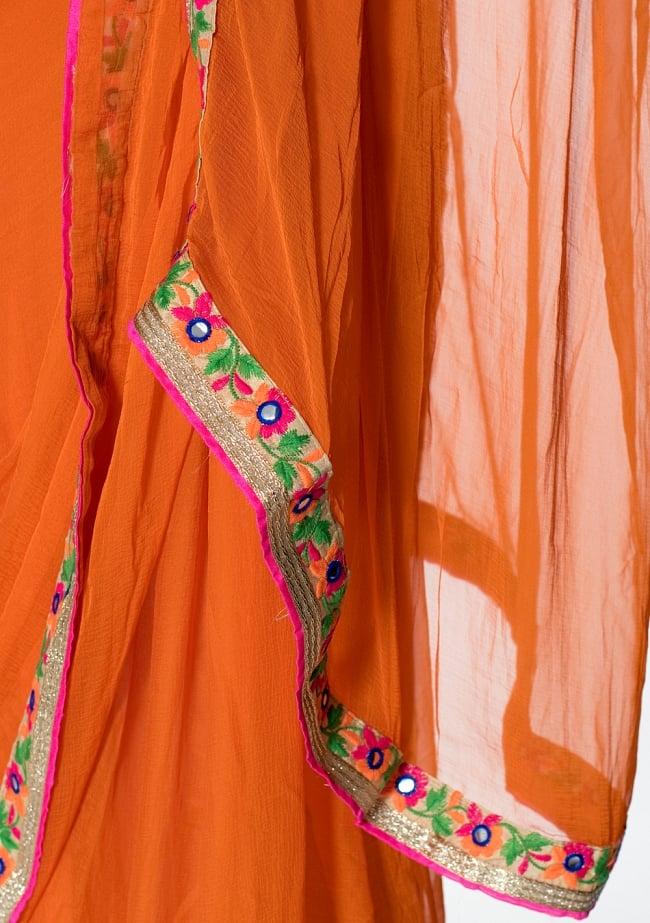 カッチ刺繍テイストのジョーゼットインドサリー【チョリ付き】 - オレンジ 7 - 縁の拡大写真です