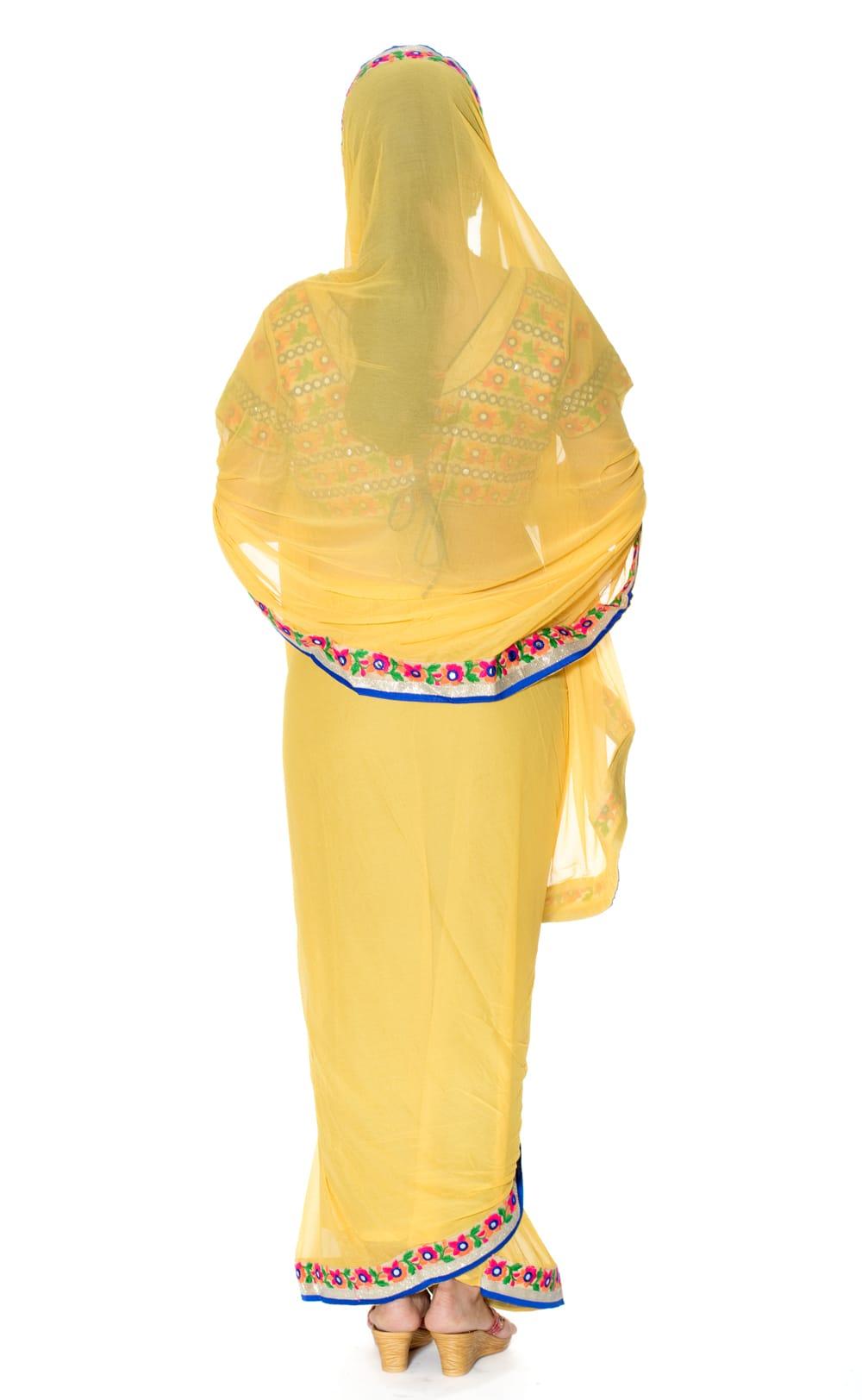 カッチ刺繍テイストのジョーゼットインドサリー【チョリ付き】 - 黄色 3 - 後ろからの写真です