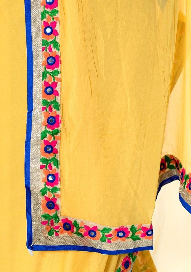 カッチ刺繍テイストのジョーゼットインドサリー【チョリ付き】 - 黄色 7 - 縁の拡大写真です