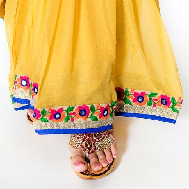 カッチ刺繍テイストのジョーゼットインドサリー【チョリ付き】 - 黄色 8 - 足元の写真です。ヒールのあるサンダルとも相性が良いです。