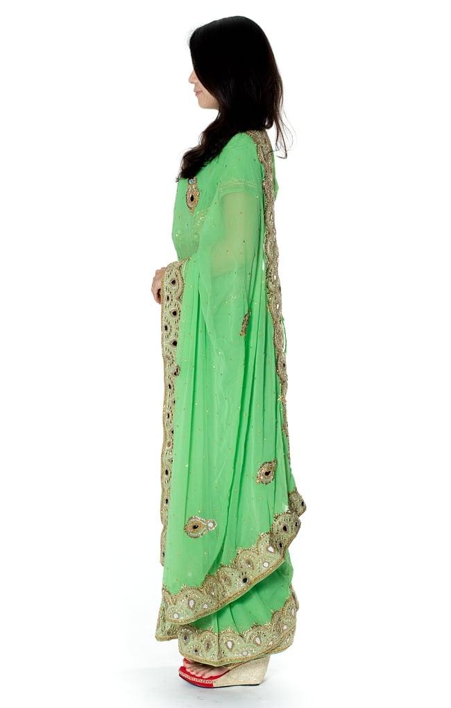 【一点物】ミラーワークと刺繍の婚礼用ゴージャス ジョーゼットサリー【チョリ付き】 - 薄緑 2 - 横からの写真です