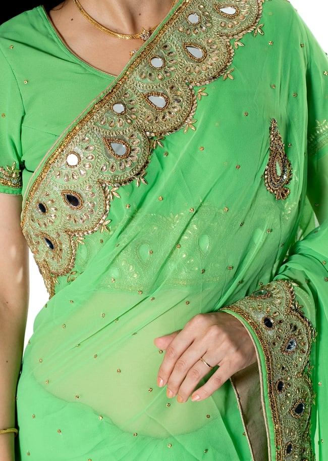 【一点物】ミラーワークと刺繍の婚礼用ゴージャス ジョーゼットサリー【チョリ付き】 - 薄緑 5 - 拡大写真です