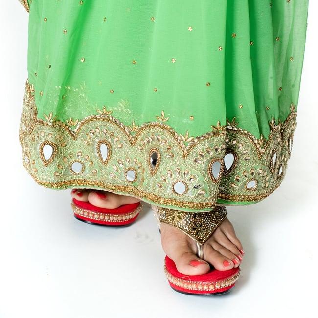 【一点物】ミラーワークと刺繍の婚礼用ゴージャス ジョーゼットサリー【チョリ付き】 - 薄緑 8 - 足元の写真です。ヒールのあるサンダルとも相性が良いです。