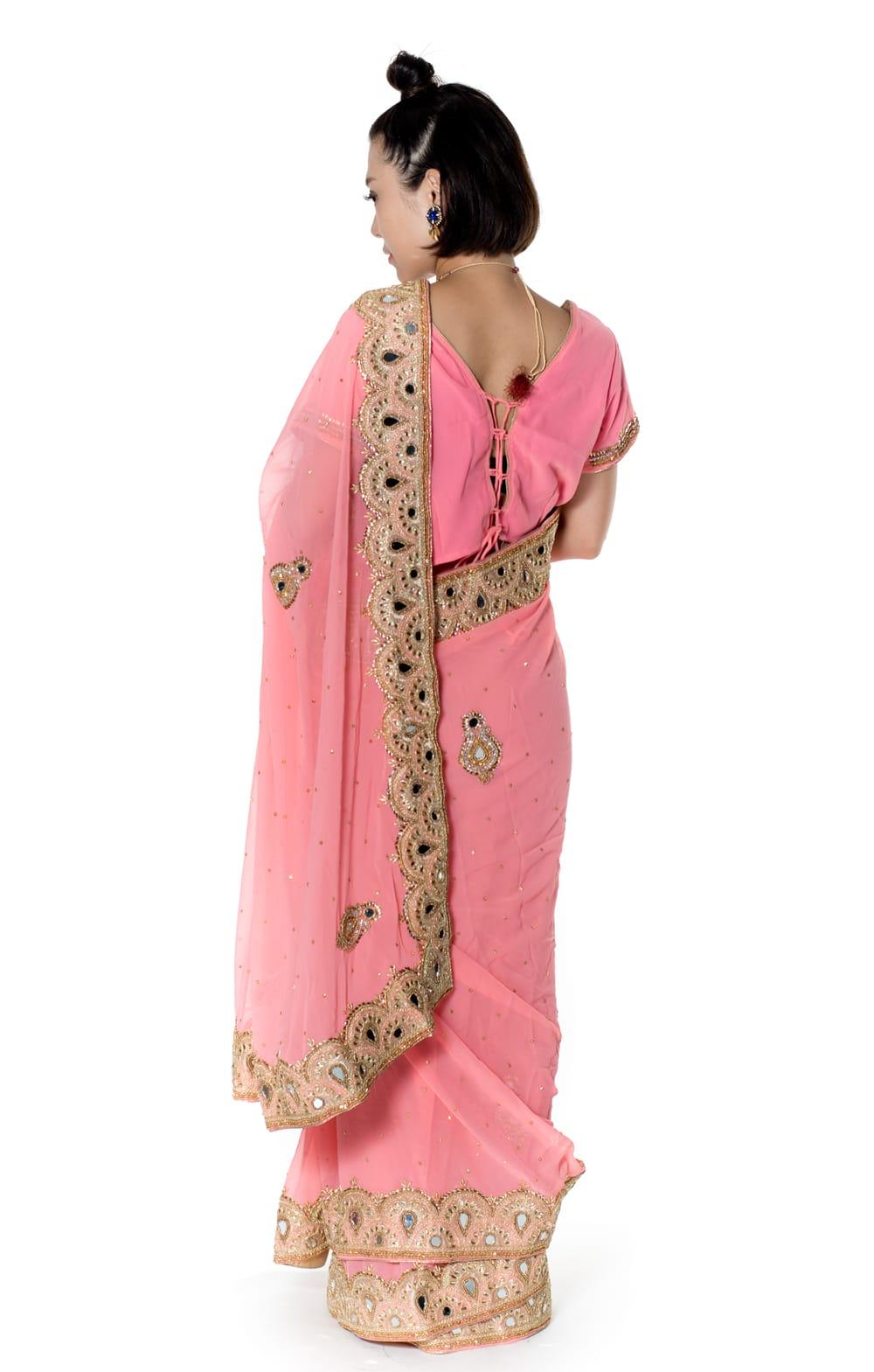 【一点物】ミラーワークと刺繍の婚礼用ゴージャス ジョーゼットサリー【チョリ付き】 - ピンク 3 - 後ろからの写真です