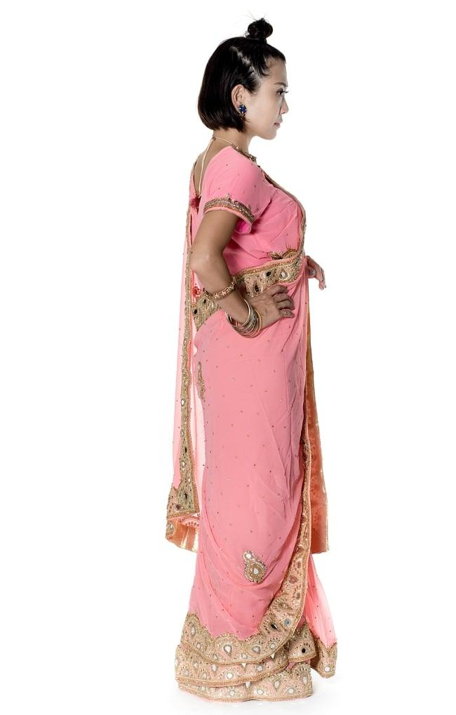 【一点物】ミラーワークと刺繍の婚礼用ゴージャス ジョーゼットサリー【チョリ付き】 - ピンク 4 - 横からの写真です