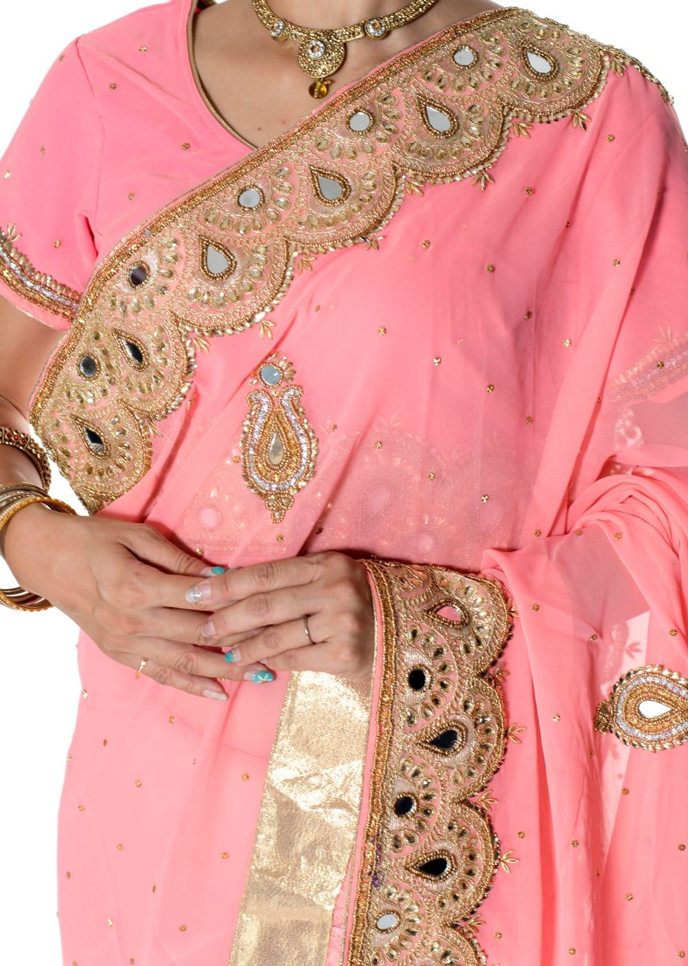 【一点物】ミラーワークと刺繍の婚礼用ゴージャス ジョーゼットサリー【チョリ付き】 - ピンク 5 - 拡大写真です