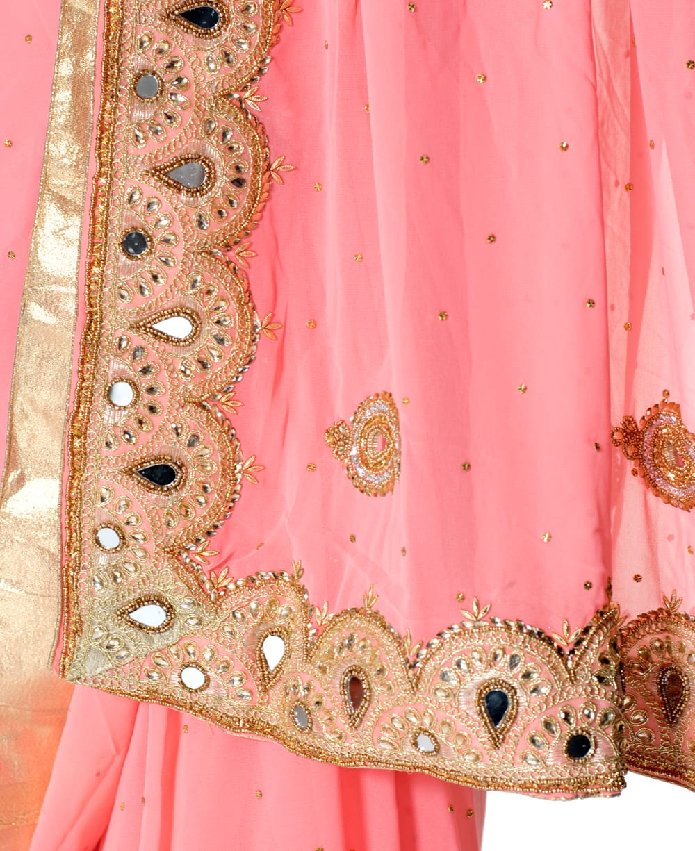 【一点物】ミラーワークと刺繍の婚礼用ゴージャス ジョーゼットサリー【チョリ付き】 - ピンク 7 - 縁の拡大写真です