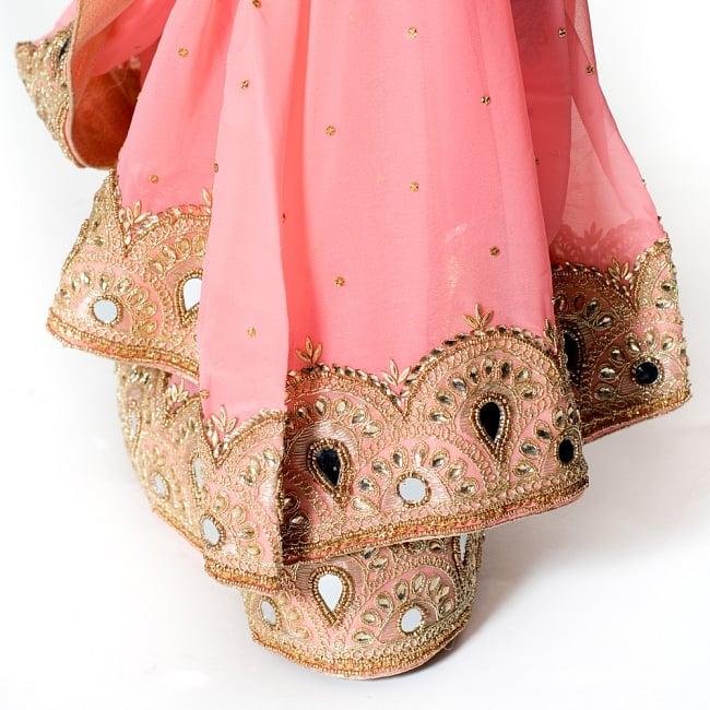 【一点物】ミラーワークと刺繍の婚礼用ゴージャス ジョーゼットサリー【チョリ付き】 - ピンク 8 - 足元の写真です。ヒールのあるサンダルとも相性が良いです。