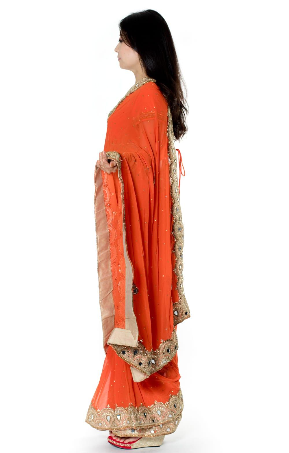 【一点物・ちょっと訳あり】ミラーワークと刺繍の婚礼用ゴージャス ジョーゼットサリー【チョリ付き】 - オレンジ 2 - 横からの写真です