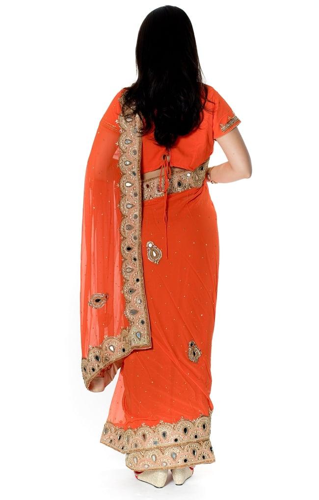 【一点物・ちょっと訳あり】ミラーワークと刺繍の婚礼用ゴージャス ジョーゼットサリー【チョリ付き】 - オレンジ 3 - 後ろからの写真です