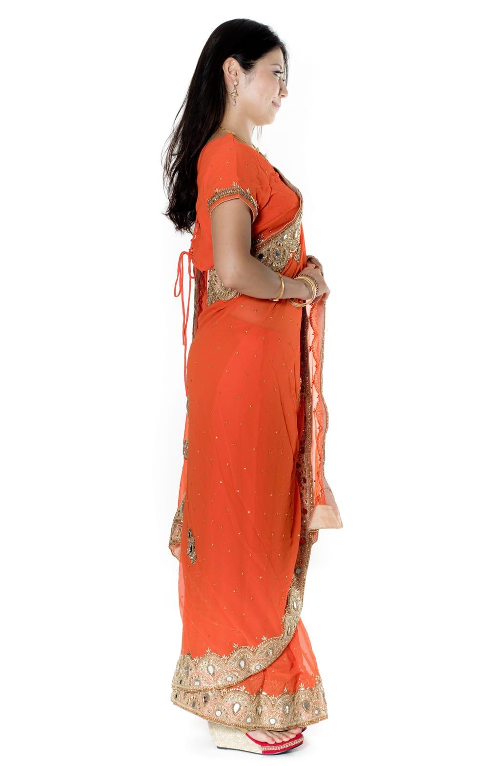 【一点物・ちょっと訳あり】ミラーワークと刺繍の婚礼用ゴージャス ジョーゼットサリー【チョリ付き】 - オレンジ 4 - 横からの写真です