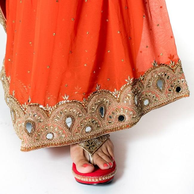 【一点物・ちょっと訳あり】ミラーワークと刺繍の婚礼用ゴージャス ジョーゼットサリー【チョリ付き】 - オレンジ 8 - 足元の写真です。ヒールのあるサンダルとも相性が良いです。