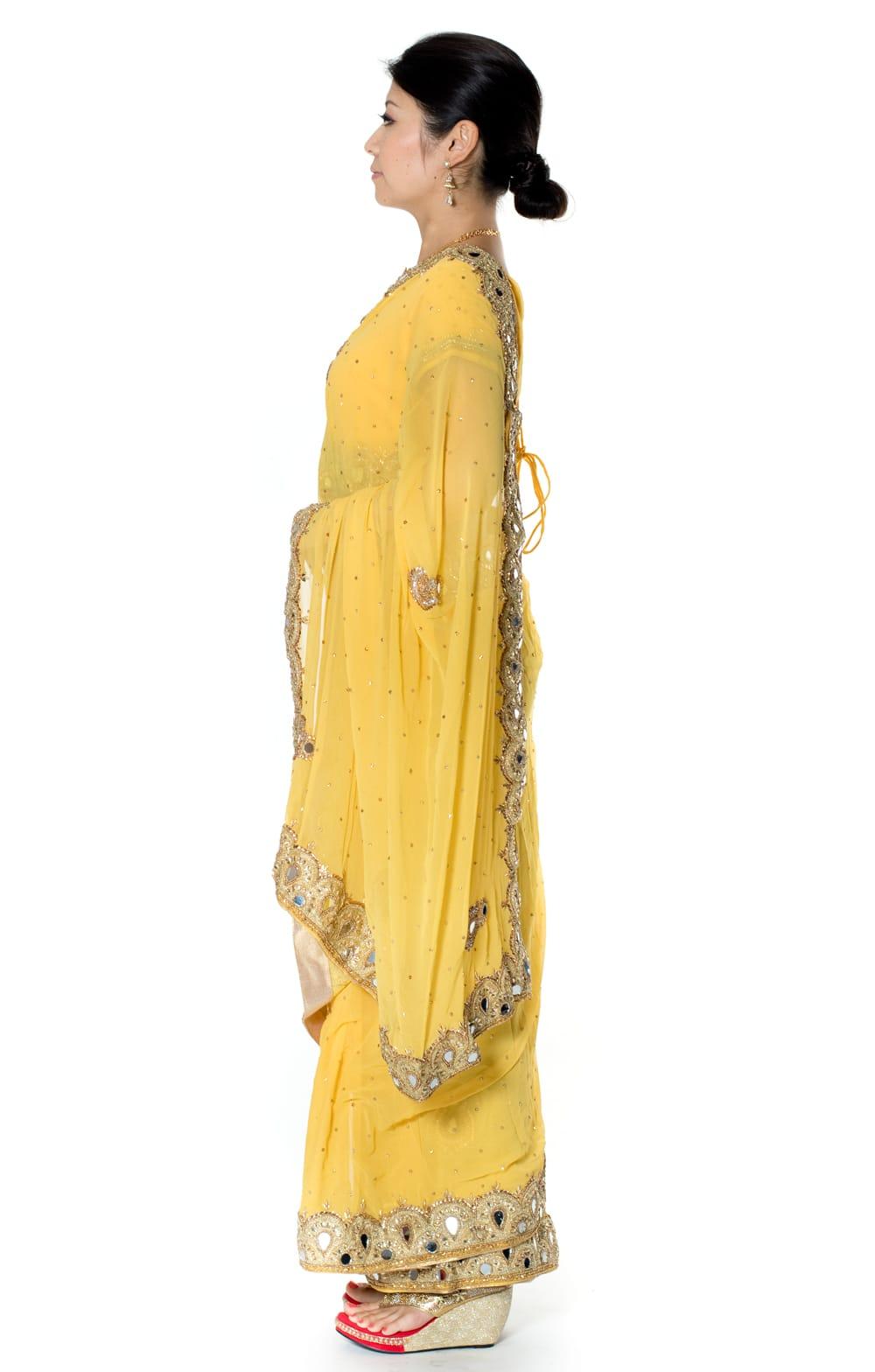 【一点物】ミラーワークと刺繍の婚礼用ゴージャス ジョーゼットサリー【チョリ付き】 - 黄色 2 - 横からの写真です