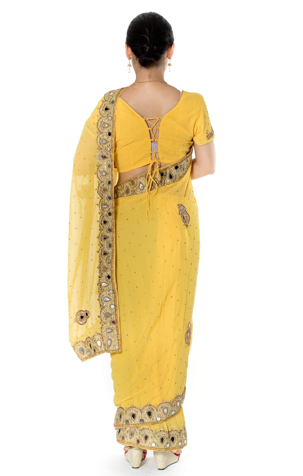 【一点物】ミラーワークと刺繍の婚礼用ゴージャス ジョーゼットサリー【チョリ付き】 - 黄色 3 - 後ろからの写真です