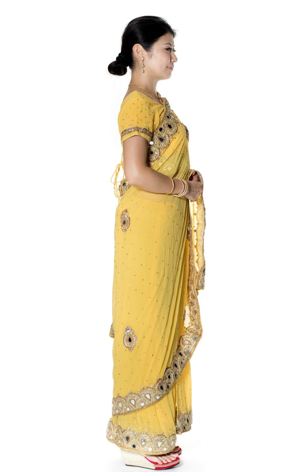 【一点物】ミラーワークと刺繍の婚礼用ゴージャス ジョーゼットサリー【チョリ付き】 - 黄色 4 - 横からの写真です