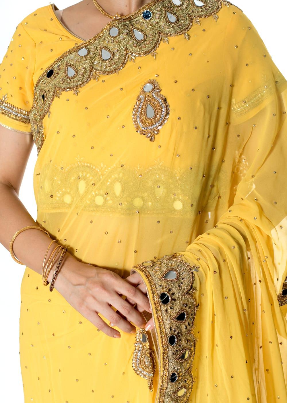 【一点物】ミラーワークと刺繍の婚礼用ゴージャス ジョーゼットサリー【チョリ付き】 - 黄色 5 - 拡大写真です