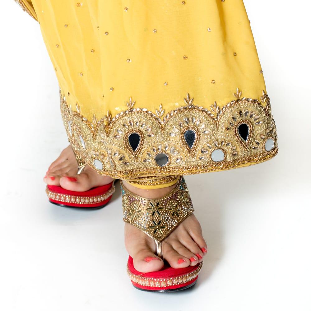 【一点物】ミラーワークと刺繍の婚礼用ゴージャス ジョーゼットサリー【チョリ付き】 - 黄色 8 - 足元の写真です。ヒールのあるサンダルとも相性が良いです。