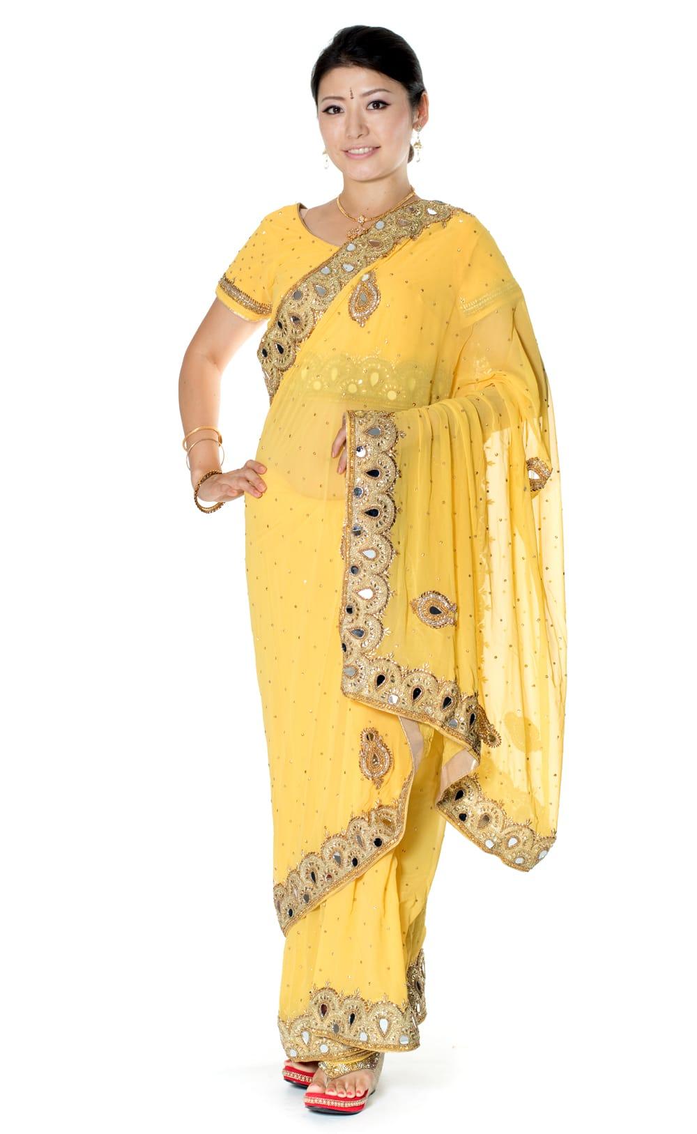 【一点物】ミラーワークと刺繍の婚礼用ゴージャス ジョーゼットサリー【チョリ付き】 - 黄色の写真